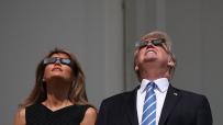 вижте-как-семейство-тръмп-наблюдава-слънчевото-затъмнение-48315.jpg