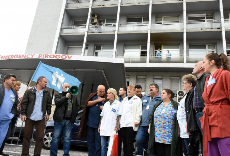 медици-протестираха-пред-пирогов-заради-уволнението-на-техни-колеги-49486.jpg