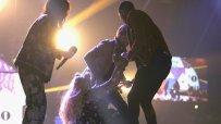 британска-певица-падна-от-сцената-50311.jpg