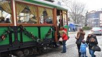 дядо-коледа-раздава-подаръци-в-ретро-трамвай-52320.jpg