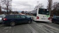 """Верижна катастрофа между над пет коли и автобус блокира движението при надлез """"Надежда"""""""