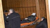 Обвиненият в убийство Герман Костин бе докаран на носилка в съда