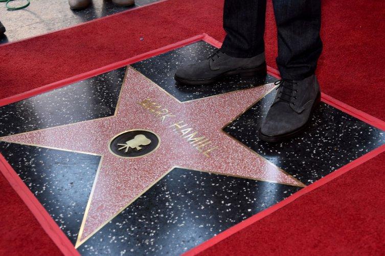 марк-хамил-прочул-се-с-ролята-на-люк-скайуокър-получи-звезда-на-алеята-на-славата-55049.jpg