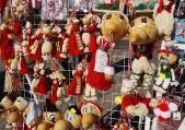 Мартеници от кратунки привличат интереса на купувачите във Варна