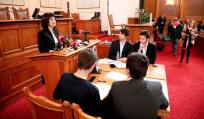 Караянчева награди в пленарната зала на НС победителите в Националното състезание по водене на парламентарен дебат