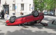 Кола се обърна по таван при опит за изпреварване в Русе