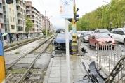Кола връхлетя върху мантинелата на трамвайна спирка в София