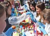 Деца боядисаха 1000 яйца в подкрепа на социално слаби хора