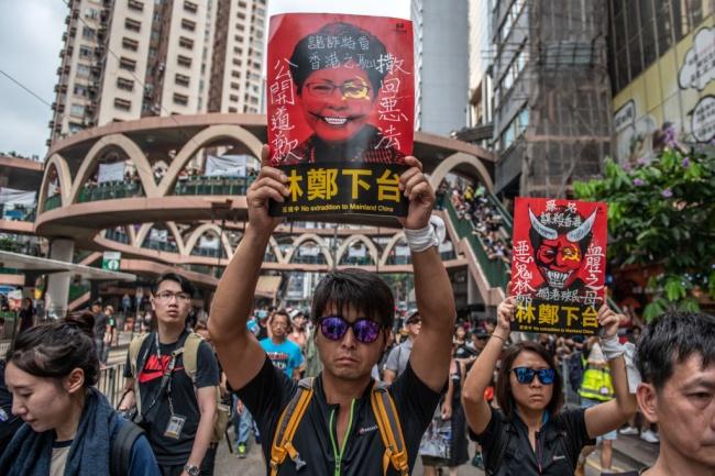 Десетки хиляди души протестират в Хонконг въпреки отстъпките, направени от властите