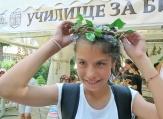 Деца сплитат венци от билки за празника Еньовден във Варна