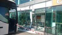 Автобус се е блъснал в сградата на Автогара
