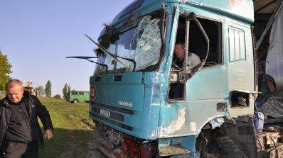 Мъж с опасност за живота след катастрофа с камион