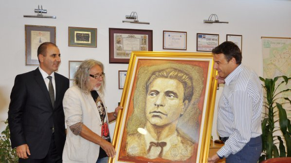 Окачиха портрет на Апостола в кабинета на кмета на Благоевград (снимки)