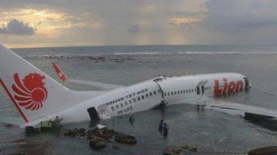 Самолет падна в морето, пропуснал пистата