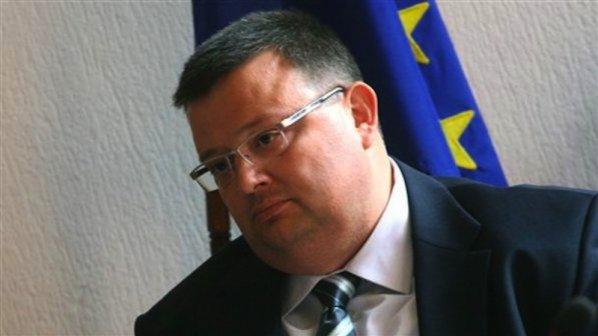 Обвиниха шефове от МВР за подслушване, вдигнаха мерника на Цветан Цветанов!