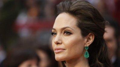 Анджелина Джоли се превъплъщава в образа на покойната си майка