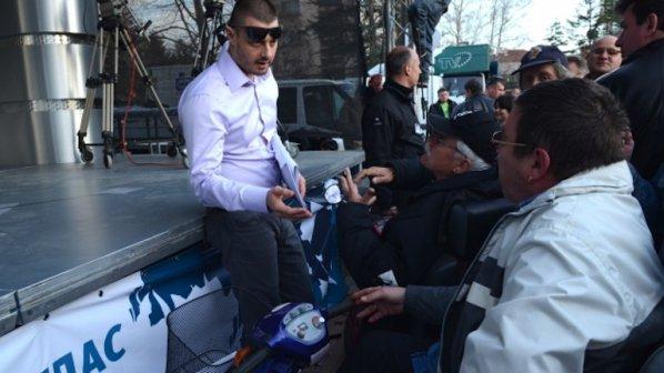 """Посрещнаха Бареков с плакати """"Лай*ян дудук"""" и """"Направи ли си сюнета"""""""