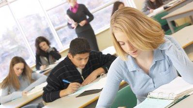 Изпит по български език и литература в УНСС се провежда днес