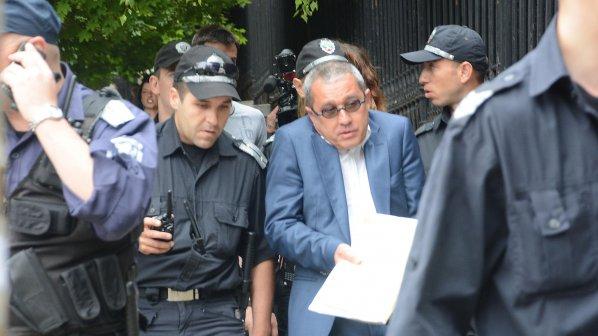 https://novini.bg/statics/uploads/news_pictures/2013-28/big/ijordan-conev-ot-dps-razdava-vyzdushni-celuvki-pred-parlamenta-158866.jpg