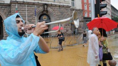 """Дъждът не уплаши протестиращите! 26-ти ден се скандира """"Оставка"""""""