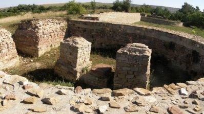 """Археолози откриха липсващата падаща врата от Западната порта на """"Коваческо кале"""""""