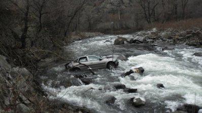 Мъж загина след 3-метров полет в река