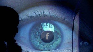 Facebook обвинен в шпионаж