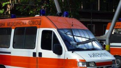 Мъж чупи с ритници вратата на шокова зала и заплашва лекари