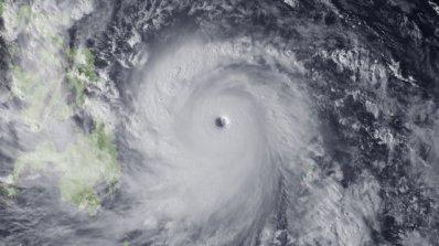 Супертайфун напредва към японския остров Окинава