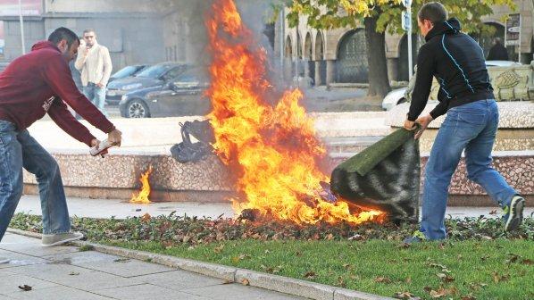Извънредно: Жена се самозапали пред Президентството (обновена + снимки (18+) + видео (18+))