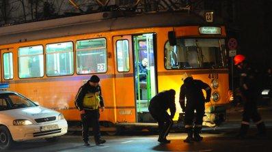 Състоянието на блъснатите от трамвай е тежко (обновена)