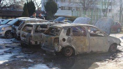Огромен пожар вдигна на крак Пловдив. Пироман запали пет автомобила (снимки)