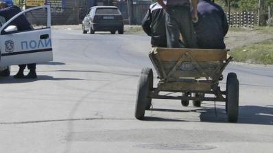Камъни и бетон полетяха към полицаи от циганска каруца