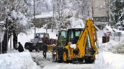 Девети ден десетки населени места са под снега, започнаха наводненията