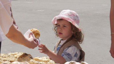 Хлебари пекат и раздават хляб на главната в Пловдив