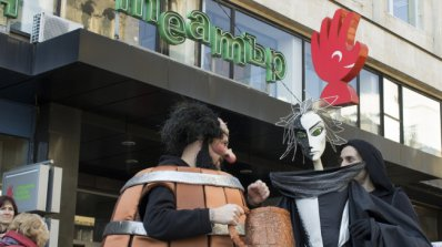Родни знаменитости раздават автографи в Столичен куклен театър