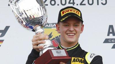 Синът на Михаел Шумахер с първа победа в своята кариера (видео)