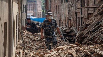 Вижте ужасяващи кадри от момента на земетресението в Непал (видео)