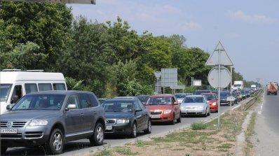 Километрична опашка от автомобили на Маказа, шофьори псуват и ругаят