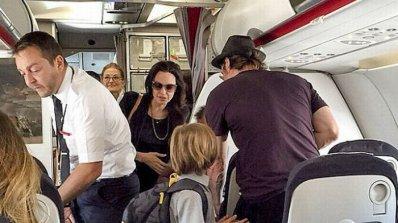 Брад и Анджелина пътуват в икономична класа (снимки)