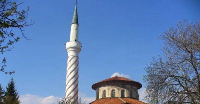"""Джамия осъмна с надпис """"Аллах е прасе"""""""