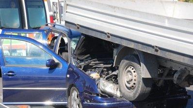 Българска кола се блъсна в камион в Сърбия, шестима души са ранени (обновена)