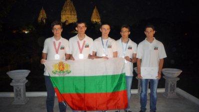 Българчета се завръщат с медали от олимпиада по астрономия и астрофизика (снимки)
