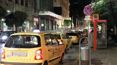 Таксита редовно блокират нощна София (снимки)