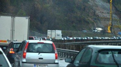 Тежка катастрофа между ТИР и четири коли преди Витиня, има загинал, жена е тежко ранена (обновена)