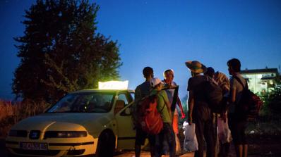 Десетки таксита чакат бежанци на границата между Гърция и Македония