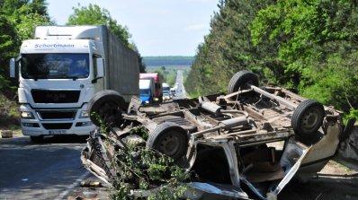 БМВ се заби в ТИР, шофьорът на леката кола загина на място