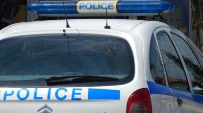27-годишен шофьор остави майка си и дядо си на пътя, увреди две патрулки и наби полицай