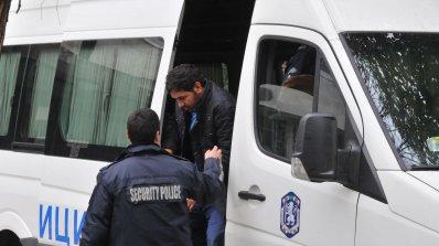 Нова схема на трафикантите: Плашат с бомби, за да крият бежанците