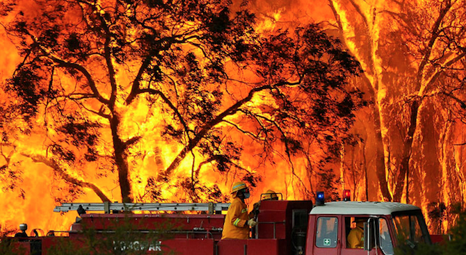 Двама души загинаха при огромен горски пожар в Австралия (видео)